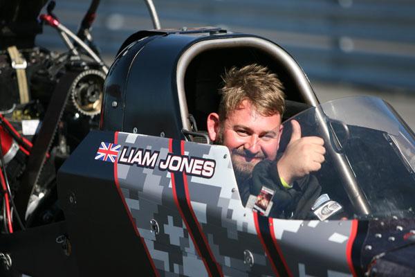 Der Brite Liam Jones in seinem Top Fuel Cockpit nach einem erfolgreichen Run