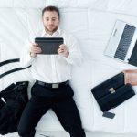 Bei Schlafstörungen kann deine abendliche Smartphone- & Laptop-Nutzung der Grund sein.