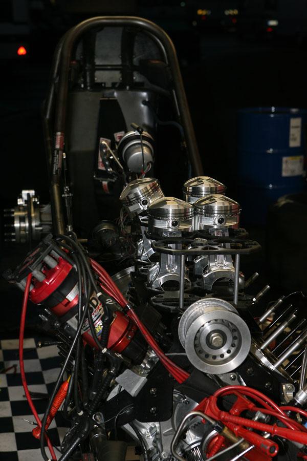 Funny Car mit Blick auf die Kolben des V8 Motors