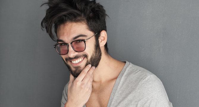 Männer mit Bart küssen
