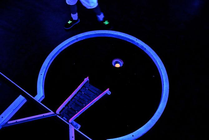 Schwarzlicht Minigolf spielen