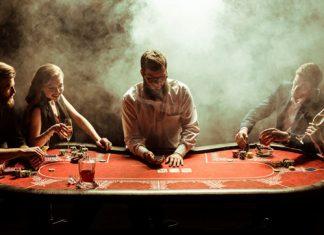 Frauen beim Pokerabend