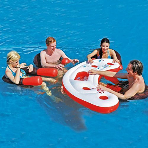 schwimmende Poolbar mit Sitzmöglichkeiten im Wasser