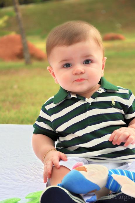 Baby mit Poloshirt