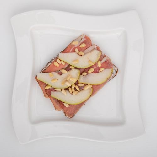 Eiweißbrot mit Parmaschinken und Birne