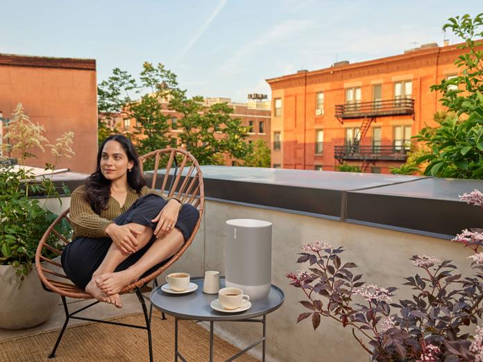 Sonos Move auf dem Balkon