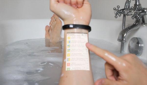 Das Smartphone in der Badewanne nutzen - einer der Vorteile des Cicret Bracelet