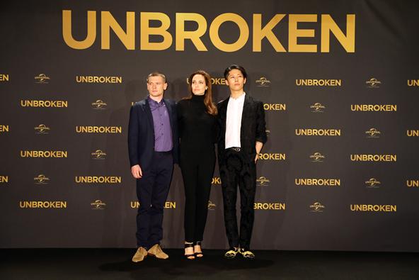 Angelina Jolie mit den beiden Hauptdarstellern Jack O'Connell und Miyavi bei der UNBROKEN Premiere in Berlin