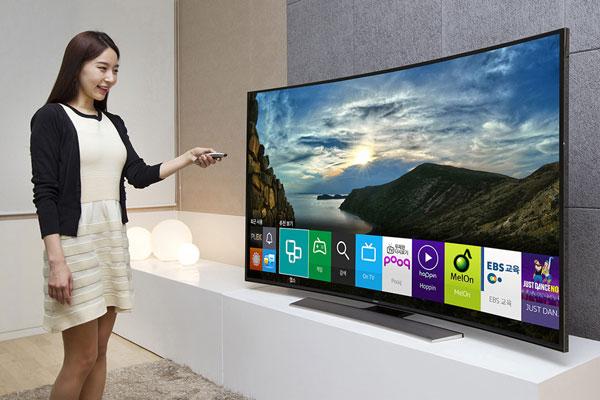 Durch die Sprachsteuerung der neuen Samsung TV-Modelle bleibt kein Gespräch mehr ungehört.