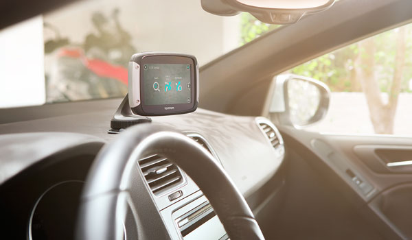 TomTom RIDER lässt sich natürlich auch im Auto befestigen und nutzen.