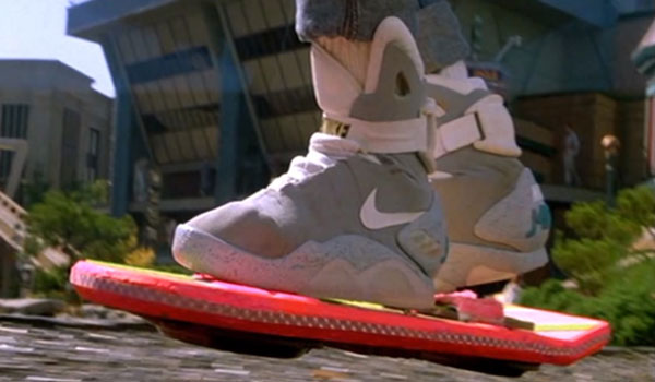 Marty McFly mit seinen Nike Mags auf dem Hover-Board