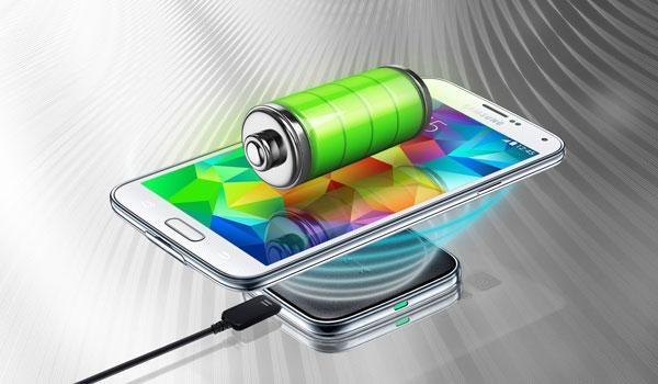 Die Samsung Flagschiffe Galaxy S6 und Galaxy S6 Edge haben die neue Qi-Technik integriert.